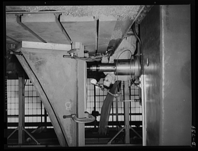 A large boring mill in operation, machining a part for a 105 mm shell machine. Plant in Middle West. Frederick Colman & Sons, Inc., Detroit, Michigan