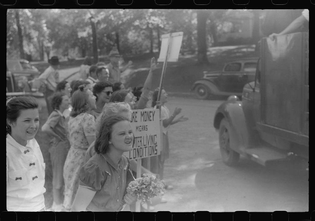 CIO pickets jeering at few workers who were entering a mill in Greensboro, Greene County, Georgia
