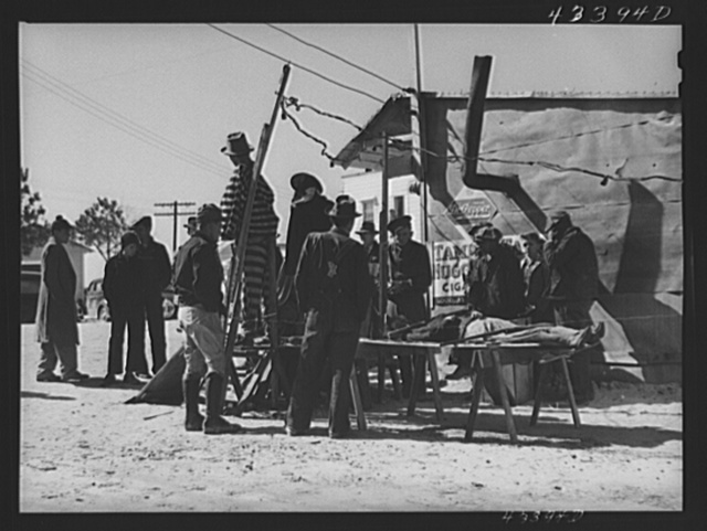 """Crowds at the travelling sideshow """"crime museum"""" near Fort Bragg, North Carolina"""