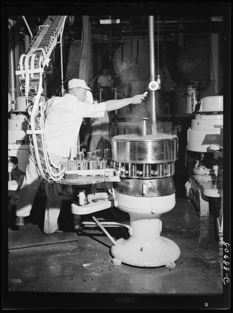 Filling cans with tomato juice. Phillips Packing Company, Cambridge, Maryland