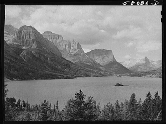 Lake Saint Mary on Going-to-the-Sun highway. Glacier Park, Montana