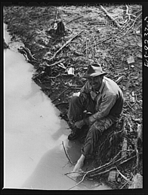 Arkansas-Texas state line to Gurdon, Arkansas. War emergency pipeline from Longview, Texas to Norris City, Illinois. Laborer washing his feet in canal at end of day's work
