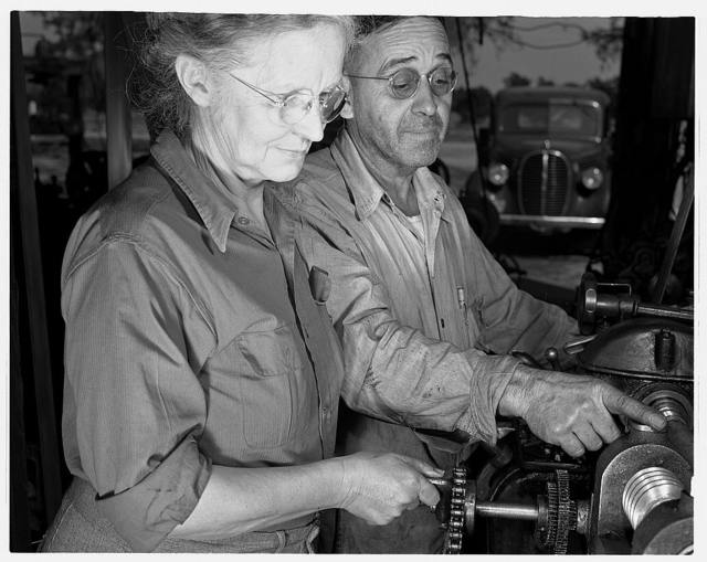 De Land pool. La Roe shop. Fifty-three-year-old Earl La Roe and his wife, of Eustis, Louisiana, solved one of the De Land industrial pool's most difficult problems by subcontracting part of a war order in their garage workshop. Mr. La Roe helps his wife in the operation of cutting worm gears on their machine