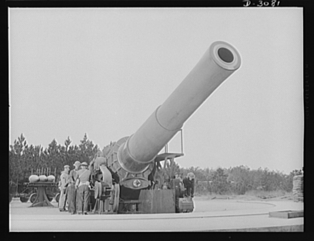 Fort Story coast defense. A sixteen-inch howitzer at Fort Story, Virginia and fighting men who operate it