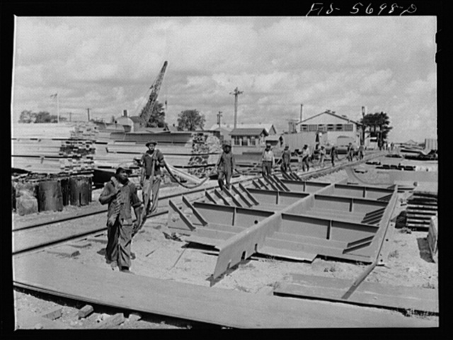 Ingalls Shipbuilding Company, Decatur, Alabama. Bringing up a hawser to use in launching an Army barge