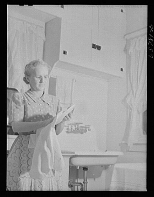 Lincoln, Nebraska. Mrs. Floyd Lynn drying dishes