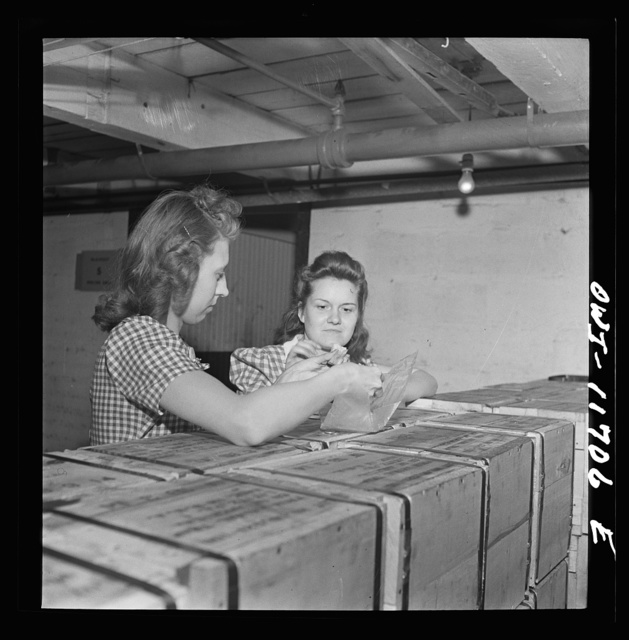 Lititz, Pennsylvania. Employees of the Animal Trap Company eating lunch off packing boxes; canteen accomodations are limited