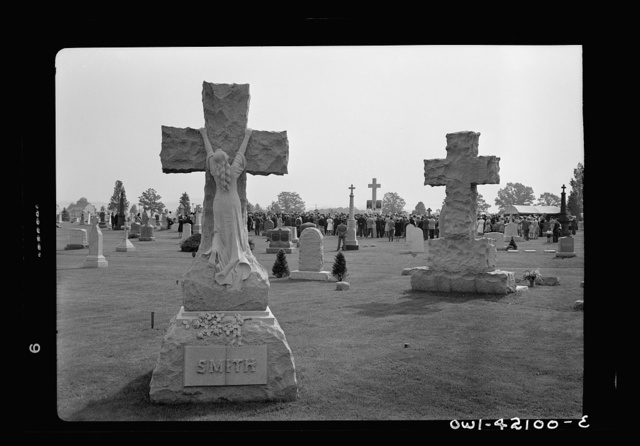 Southington, Connecticut. An American town and its way of life. On Memorial Day the Catholic congregation is gathering in the Saint Thomas cemetery for an outdoor Mass which in 1942 was officiated by the Reverend Francis J. Mihalek