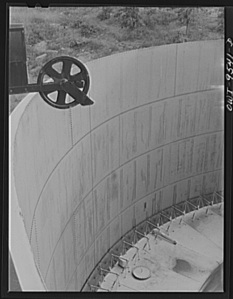 Tulsa, Oklahoma. Top of a storage tank with a floating roof at the pumping station of the Great Lakes pipeline company