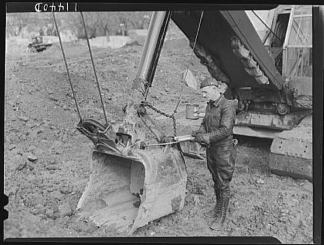 Washington, D.C. Construction of temporary war emergency buildings on the Mall, near 16th and 17th Streets, N.W. Man lubricating a power shovel