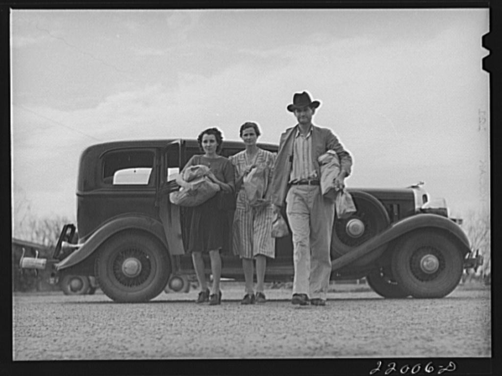 Weslaco, Texas. FSA (Farm Security Administration) camp. Return from Saturday shopping