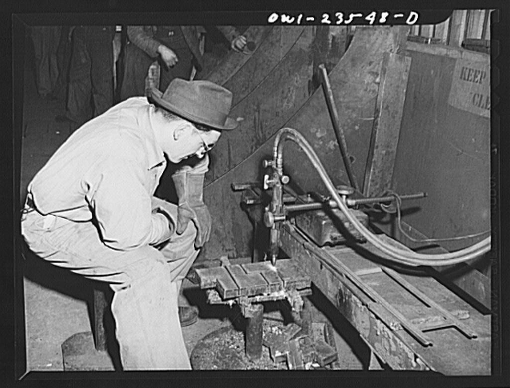 Bethlehem-Fairfield shipyards, Baltimore, Maryland. Using a pantograph burning machine
