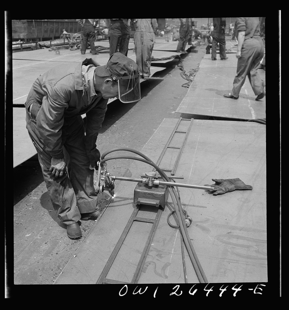 Bethlehem-Fairfield shipyards, Baltimore, Maryland. Using burning machine which runs on a track