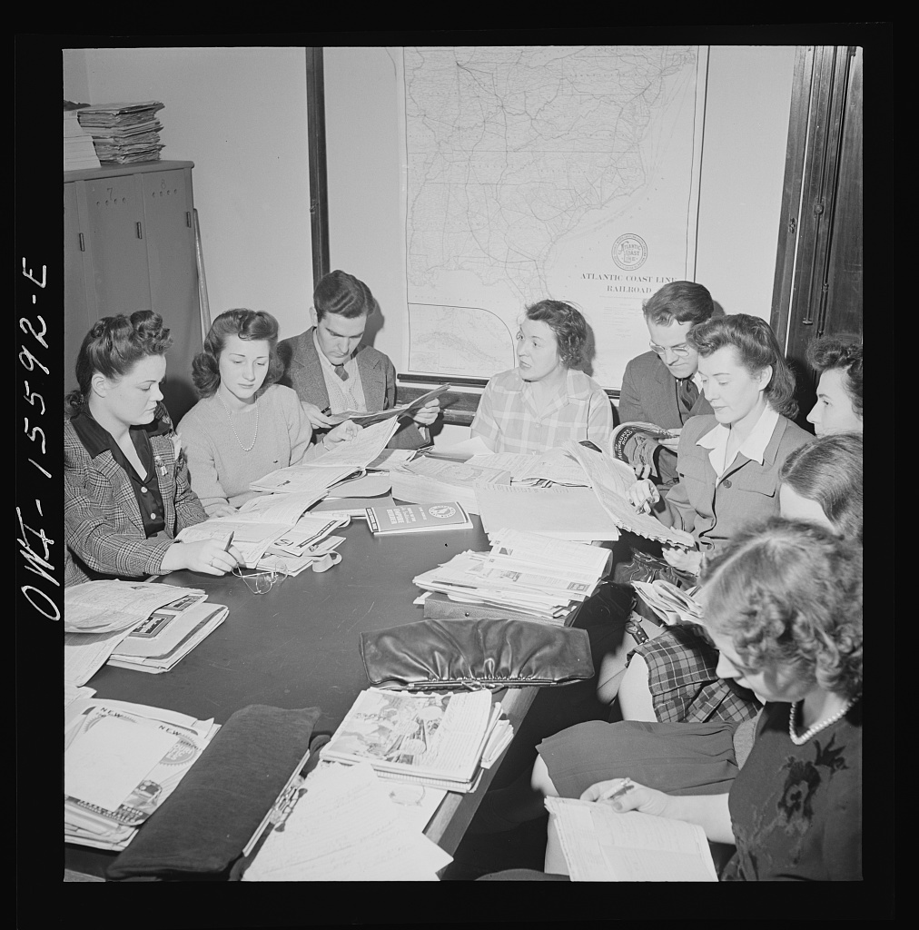 Chicago, Illinois. Evening information supervisor conducting a class in railroad information at the Union Station