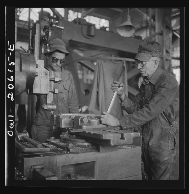 Clovis, New Mexico. Private Frank Donath of Sedalia, Missouri, learning to use a shaper under the direction of A.R. Rose, machinist at the Atchison, Topeka and Santa Fe Railroad locomotive shops. Private Donath is a member of the United States Army railroad battaloin stationed at Clovis