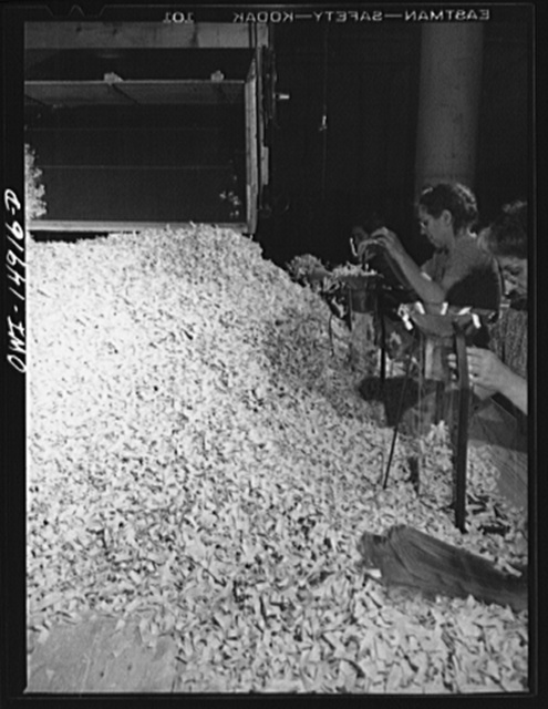 Long Island City, New York. Atlantic Macaroni Company, makers of Caruso brand products. Noodles come down the chute after drying and are packed in cellophane envelopes