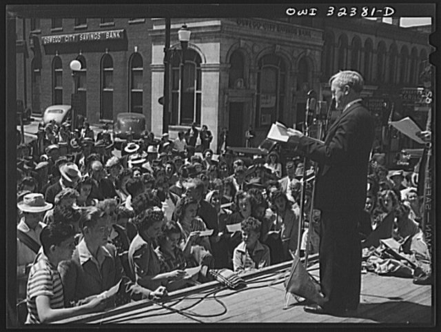 Oswego, New York. Mayor Scanlon leading Oswegans in reciting a United Nations week pledge which was broadcast to the nation