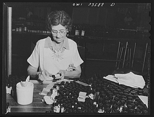 Parke, Davis and Company, manufacturing chemists, Detroit, Michigan. Applying labels to tablet containers