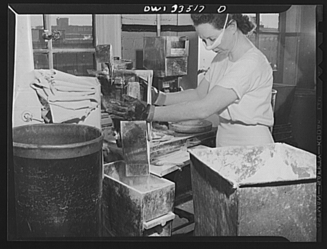 Parke, Davis and Company, manufacturing chemists, Detroit, Michigan. Filling gelatin capsules with medicament