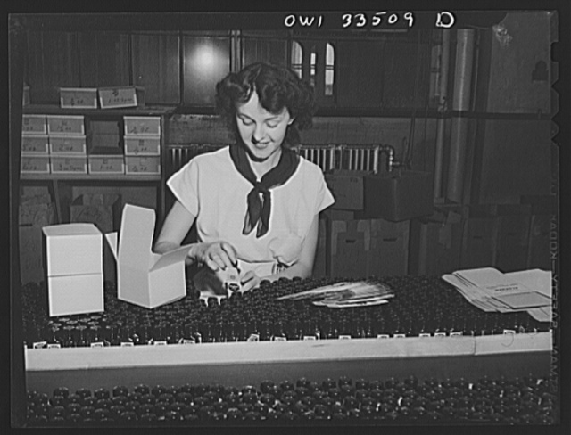 Parke, Davis and Company, manufacturing chemists, Detroit, Michigan. Packaging pills in the finishing department