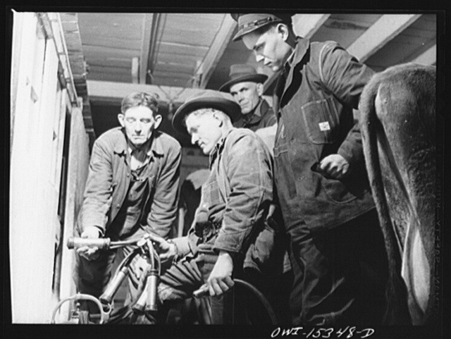 Rio Grande, Ohio. Harrison Clark (left), instructor in dairy methods, explaining operation of automatic milking machine to group of former Kentucky farmers, at the Rio Grande College