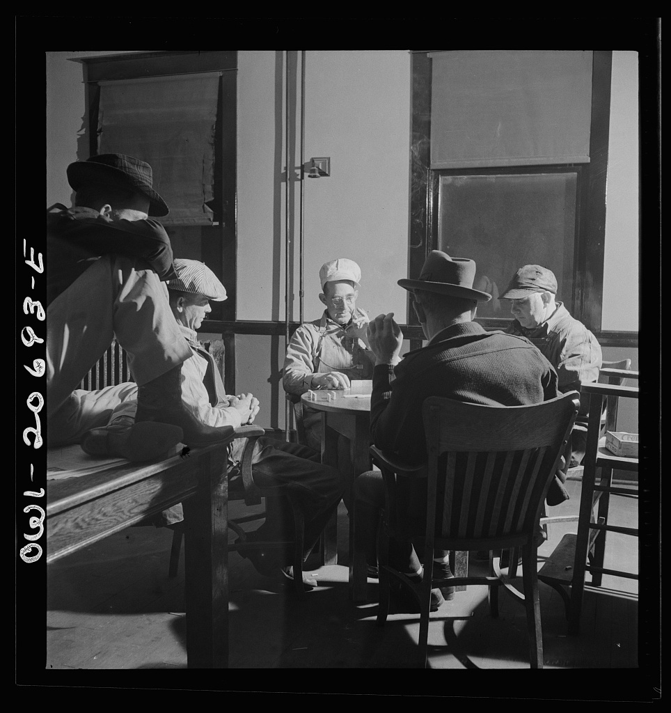 Vaughn, New Mexico. Railroad men playing dominoes in the Atchison, Topeka and Santa Fe Railroad yard reading room