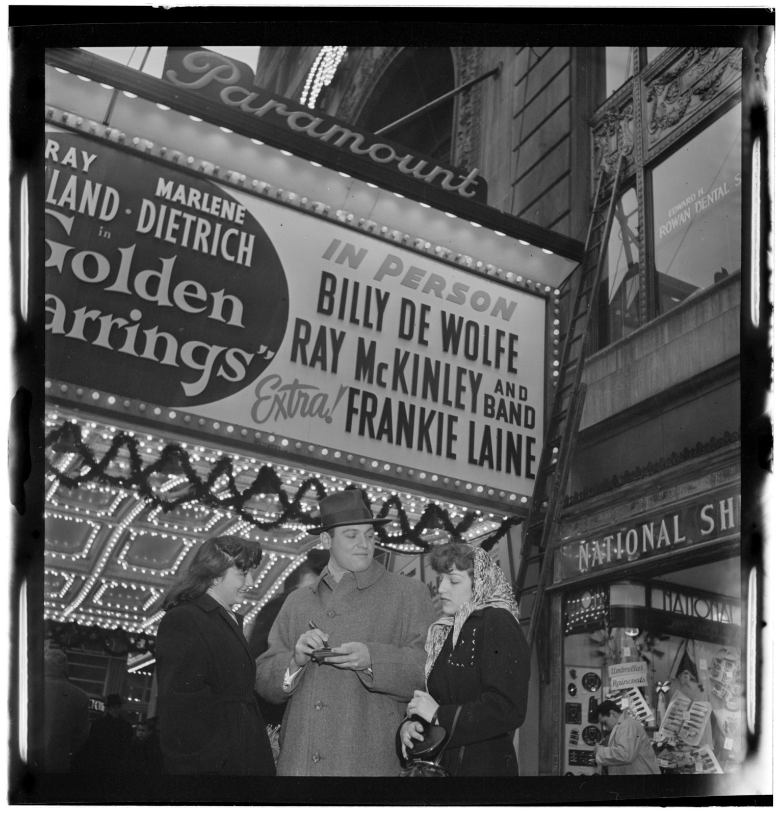 [Portrait of Frankie Laine, Paramount Theater, New York, N.Y., between 1946 and 1948]