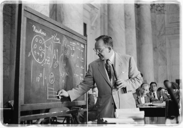 [Dr. Mark Mills drawing diagrams on a blackboard during testimony before the Congressional Joint Atomic Energy Committee hearings on atomic radioactive fallout] / [TOH].