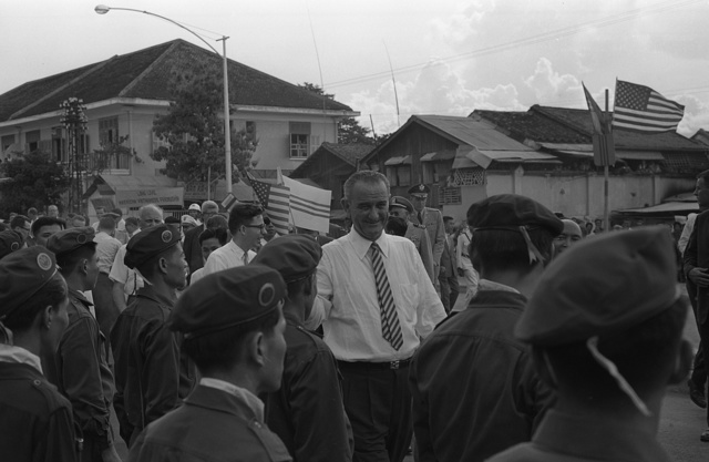[Vice-President Lyndon B. Johnson standing among group of Vietnamese soldiers and Americans during a visit  to Saigon, South Vietnam] / TOH.