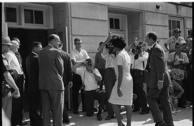 [Vivian Malone entering Foster Auditorium to register for classes at the University of Alabama] / [WKL].