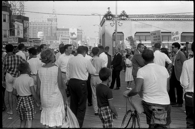 "[Demonstrators against the war in Vietnam holding signs on the boardwalk during the 1964 Democratic National Convention, Atlantic City, New Jersey; one sign reads ""End the war in Vietnam""] / WKL."