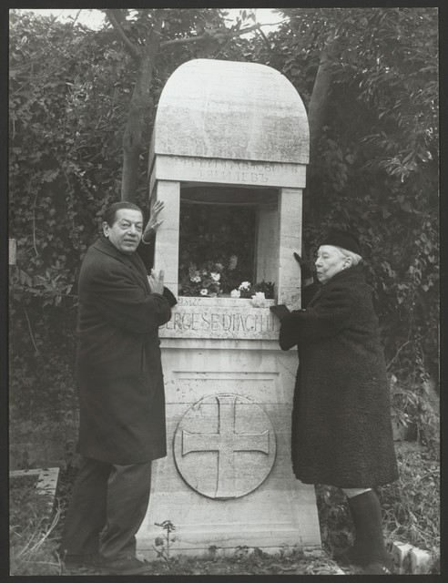 Photograph of Serge Lifar and Bronislava Nijinska at the grave of Serge Diaghilev, Venice, 21 Dec. 1970, fotoafi
