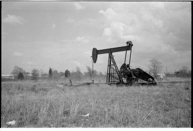 [Working oil pump in Tyler, Texas] / [WKL].