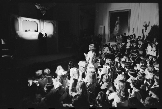 [Fran Allison and puppet Ollie entertain First Lady Betty Ford and the Diplomatic Corps children at a White House Christmas party, Washington, D.C.]
