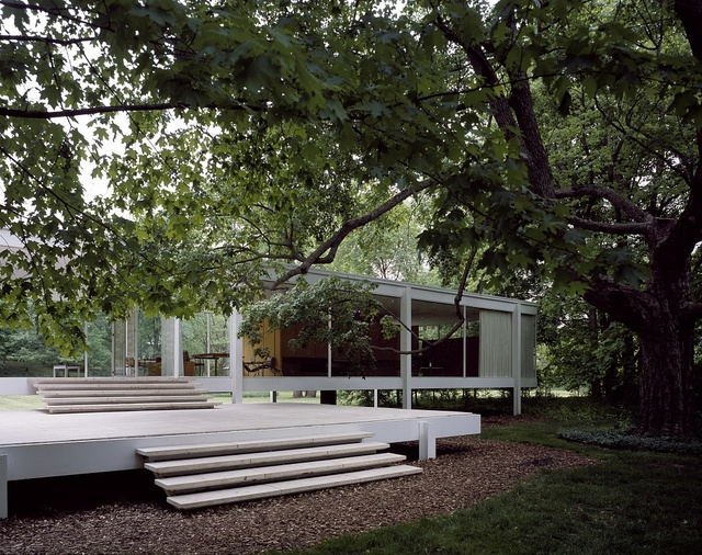 View of architect Mies van der Rohe's classic modernist Farnsworth House, Plano, Illinois