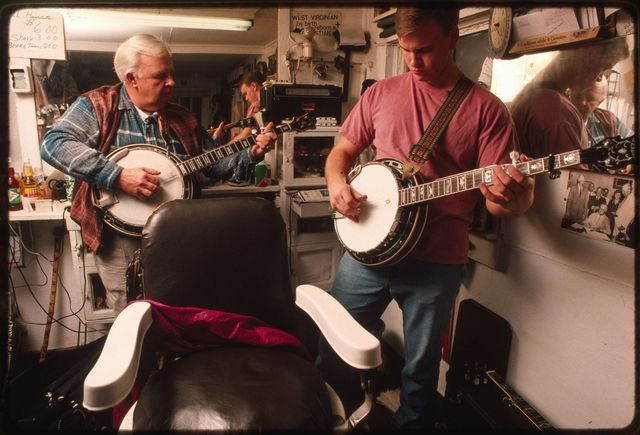 Homer Pettry giving a banjo lesson