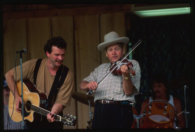 Everett Lilly performing with John Hamrick