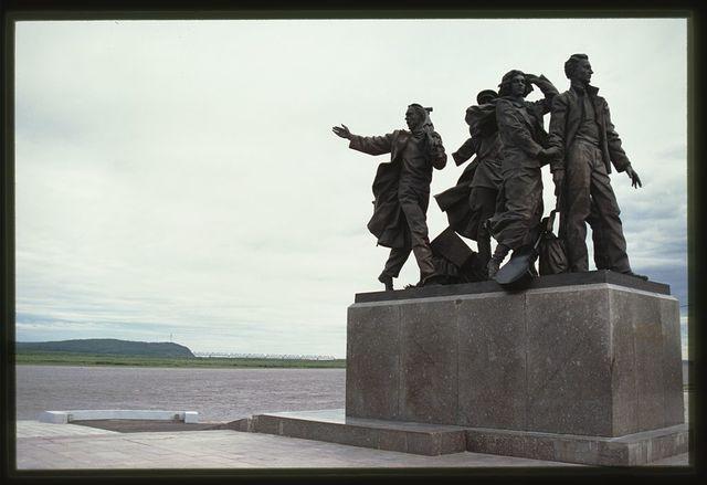 Amur River, with Monument ot First Builders of Komsomolsk, (1982), Komsomol'sk-na-Amure, Russia