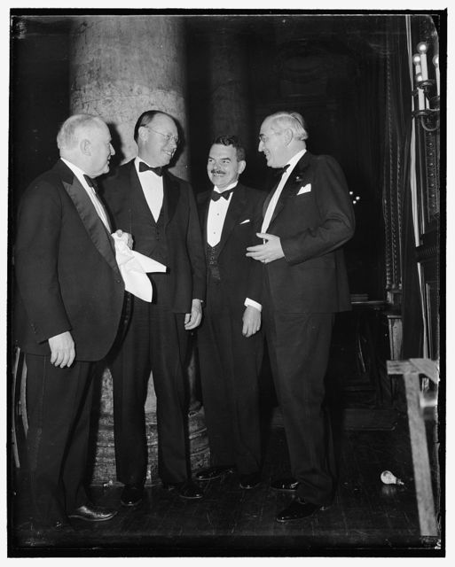 1940 G.O.P. hopefuls? Washington, D.C., April 21. The American Society of Newspaper Editors dinner at the Willard Hotel commanded a goodly crop of 40 possibilities, and here a few on the GOP side talk it over with William Allen White, Emporia, Kansas, Editor and President of the Society. Left to right: W.A. White, Senator Robert A. Taft of Ohio, Thomas E. Dewey, and Senator Arthur H. Vandenberg of Michigan