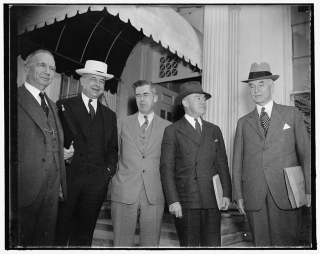 Arrive for special cabinet session. Washington, D.C., Sept. 14. With the exception of Attorney General Cummings, the entire cabinet met in special session with President Roosevelt today to consider the tense foreign situation and discuss domestic monetary and credit matters. Solicitor General Stanley Reed sat in the session for Attorney General Cummings. Among the first to arrive were, left to right: Secretary of Commerce Rober, Solicitor General Stanley Reed, Secretary of Agriculture Wallace, Secretary of War Woodring, and Secretary of State Hull. 9/14/37