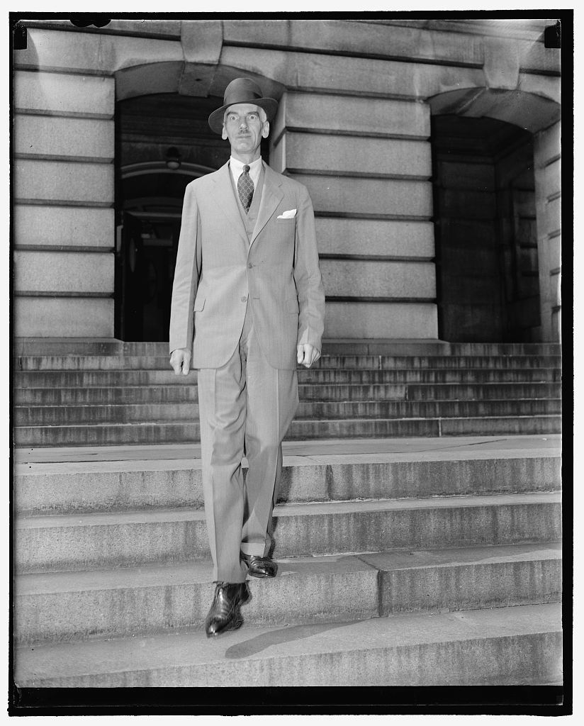 Counselor of Polish Embassy sees Secretary of State. Washington, D.C., Sept. 28. Today was another busy one for the State Department. Here we see the Counselor of the Polish Embassy, Witold Wankowicz leaving after a call on Secretary Hull, 9/28/38