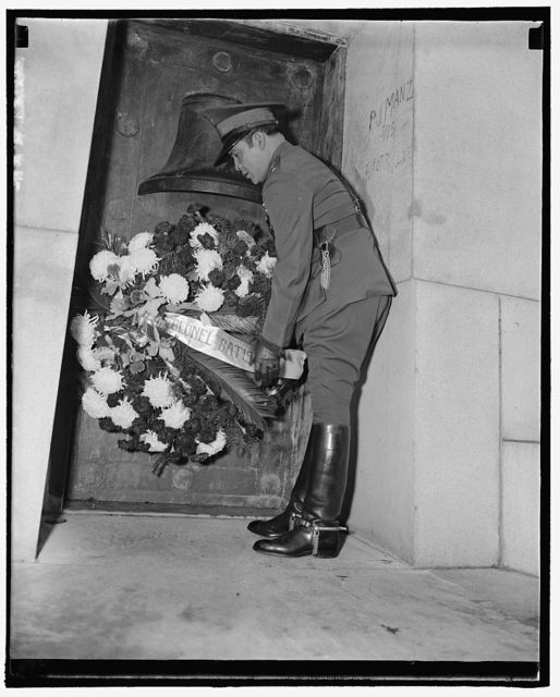 Cuban Dictator places wreath at Maine Memorial. Washington, D.C., Nov. 12. Col. Fulgencio, Cuban Dictator, placing a wreath at the Maine Memorial mast in Arlington National Cemetery today to honor the gallant U.S. seamen who lost their lives when the battleship was blown up in Havanna Harbor in 1898, 11/12/38