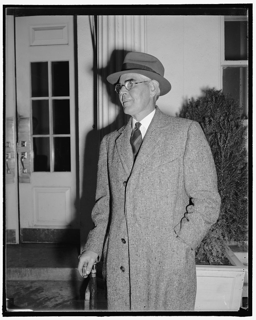 Discusses Wall Street reforms with Roosevelt. Washington, D.C., Oct. 29. Paul Shields, New York Utilities expert, shown leaving the White House after conferring with President Roosevelt in relation to Wall Street reforms growing out of the Richard Whitney case. Shields, recommends greater safeguards for brokerage customer funds, 10/29/38