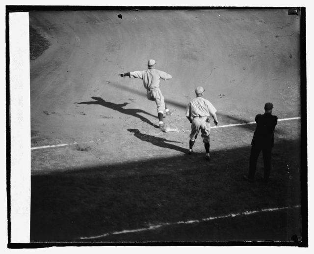 Frisch rounding 1st on his ankle 1st inning, 6th game, 10/9/24