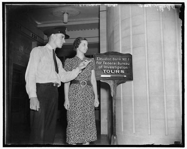 G-Mens headquarters ideal spot for tourists. Washington, D.C., Aug 6. Guard Saffel, shows a fair visitor the way to the exhibit rooms of the G-Men and their trophies captured from public enemies [...]