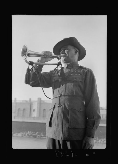 Lord Kitchner's trumpeter in 1915, Pvt. Frank Inman of Australian Imp. [i.e., Imperial] Forces. Mr. Inman trumpeting at Anzac Day service of April 25th, '40