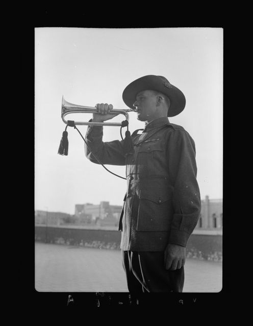 Lord Kitchner's trumpeter in 1915, Pvt. Frank Inman of Australian Imp. [i.e., Imperial] Forces. Mr. Inman trumpeting at Anzac Day services of April 25th, '40