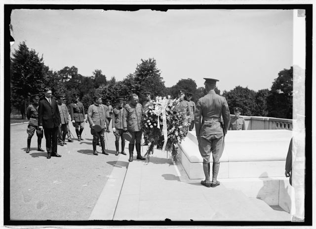 Lt. Gen. Wada and Japanese mission at grave of Unknown soldier, Arlington, [Va.], 8/5/24