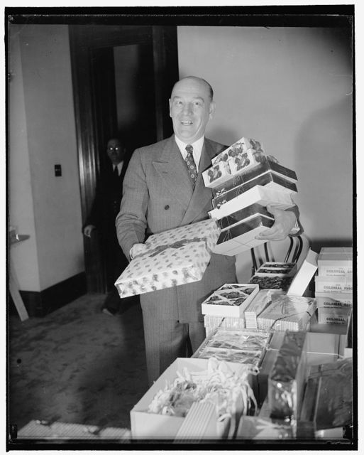 Minnesota Senator does last-minute Xmas shopping. Washington, D.C., Dec. 20. Laden down with packages, Senator Ernest Lundeen, farmer-laborer of Minnesota, reaches his office after taking time from his official duties to do a bit of Christmas shopping