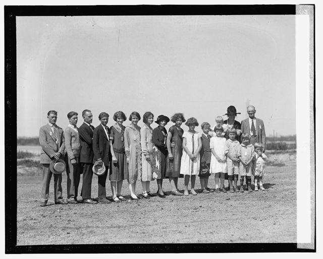 Mr. & Mrs. Robt. Arnold of Alex. Va. with their 16 children, 8/22/25